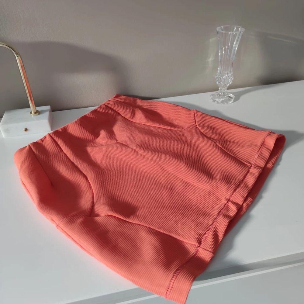 Kort kjol från Monki frigursydd, i strl S • frakt ingår • Jag ansvarar ej för postens eventuella slarv. . Kjolar.