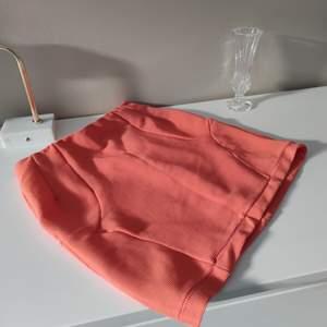 Kort kjol från Monki frigursydd, i strl S • frakt ingår • Jag ansvarar ej för postens eventuella slarv.