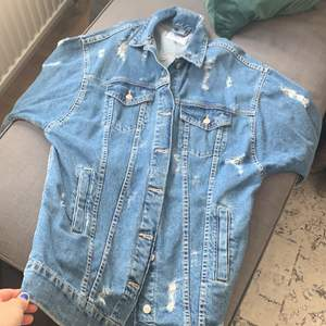 Helt oanvänd jacka! Superfräsch till ett par ljusa jeans :)