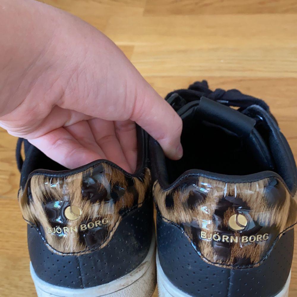 Sneakers från Björn Borg, använda. Köpte dem på nedsatt pris från början då B har försvunnit vid kanten (se bilder). Inget som stör. . Skor.