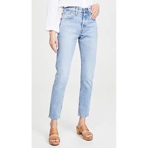 Ett par Levis jeans i modellen 501 skinny, har även gjort ett snyggt slitet hål i högra knät. Frakt tillkommer!!