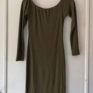 Grön klänning från Bik Bok med halv off-shoulder! Figurnära, men inte för tight! Använd lite till och från, i bra skick. 100 kr. Frakt tillkommer, 63 kr spårbar. 🌸