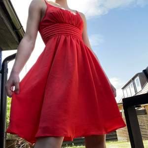 En väldigt snygg klänning med tunna straps. Säljer den då den inte tillhör mig men passade inte personen den tillhör. Den är perfekt till sommaren och sitter snyggt på dig som är S och för mig som är XS.