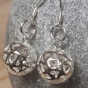 Nya silver krock Örhöngen vackra bollar med stämpel 925 🥳 leveras med present box. SE PÅ BILDERNA! * Bjuder på portot 🤪🥳😌