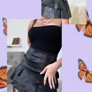 Svart Skinn kjol från gina 2018 med fina volanger!                    Frakt: 39kr