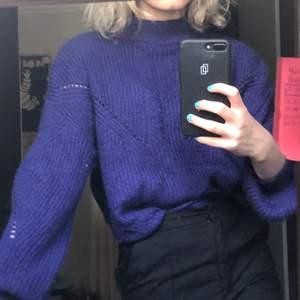 Knappt använd stickad tröja från HM. Fantastisk färg. Inte tjock i materialet. Köpare står för frakt :)