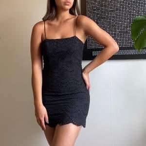 Svart kortklänning