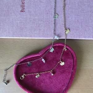 Den silvriga är sold. 👐🏻🌸 Fina armband med små fjärilar. Priset gäller styckvis. Ett par för 45 kr, frakten står på 11kr.