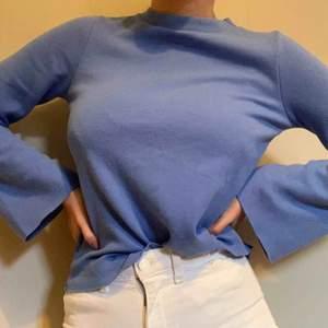 Supersöt tröja i en fin blå färg💙💙 Tröjan är bara använd 2 ggr, så inprincip i nyskick!  Frakten är inräknad i priset✨
