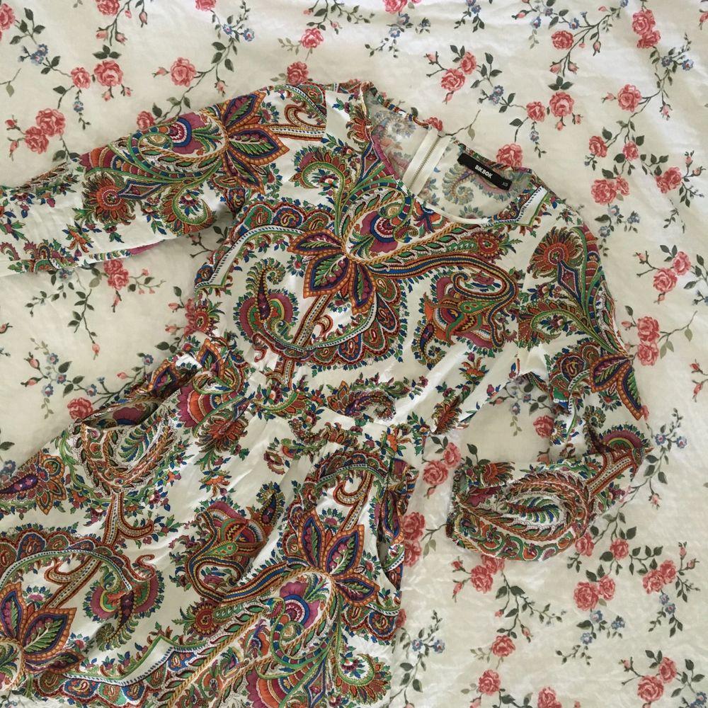 Favoritklänningen har blivit för liten! Strl XS från BIKBOK, såldes för många år sedan och vet att den har varit riktigt populär. Har fått massa komplimanger i den! Lätt tyg som inte är genomskinligt, sluts med dragkedja bak o har fickor!Frakt tillkommer.. Klänningar.