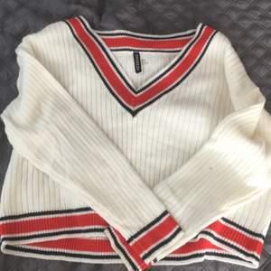 Endast använd en gång (plus bilderna). Säljer denna sköna tröja vidare till någon som använder den mer! Superskönt att ha senare på en sommarkväll när det börjar bli lite svalare! Nypris ca 200kr