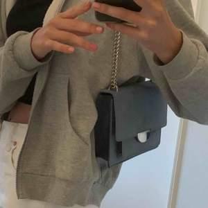 Säljer denna väska från h&m då jag inte använder den så ofta. Väldigt fint skick eftersom den är använd få gånger. Har dock en liten fläck (bild 3) som inte syns så mycket när den används. Köpare står för frakt. 💕