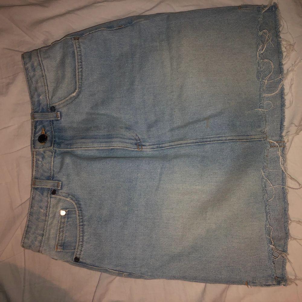Storlek 38, stretchigt jeans tyg. Frakt ingår i priset.. Kjolar.