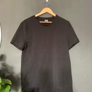 Helt Svart t-shirt ifrån asos! Nyskick , storlek Xl slimfit. 🖤🌚 50kr inklusive frakt