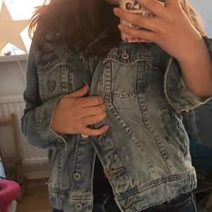 Söt jeansjacka strlk xs som är egendesignad med litet brustet hjärta och två hundvalpar