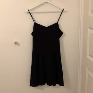 En fin lätt klänning med dragkedja vid ryggen klänning är från Stockholm ateljéer och köpte den för 500kr säljer denna då jag aldrig andvänt den. FRI FRAKT