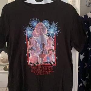 En Stranger Things tröja från Pull&Bear i stolen S. Den är aldrig använd.