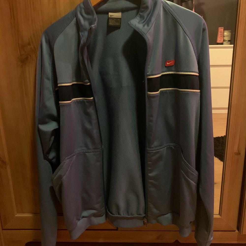 Vintage kofta från Nike. Fint skick och inte användts på flera år. Strl Xl, säljer för 300☺️✌🏼. Tröjor & Koftor.