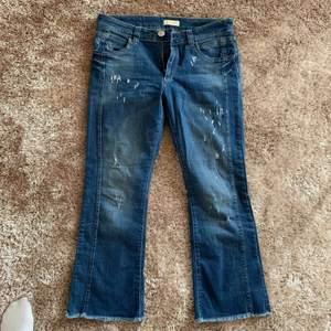 Jeans ifrån Sixty Days. Trekvartslånga med vida benslut och låg midja ✨