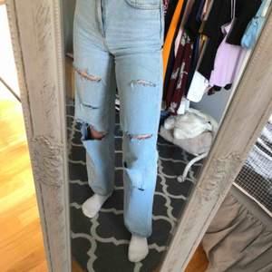 Säljer dessa jeans från NA-KD som jag själv har klippt hål i! Pris: 130 inkl frakt!! 🦋🦋