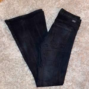 Svarta bootcut jeans från dr denim, tyvärr fått vita märken pågrund av tvätt men syns bara nertill därav priset. Frakt tillkommer
