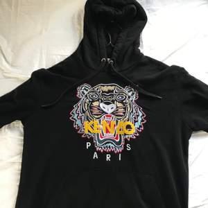 Säljer min kenzo hoodie som jag inte längre använder. Condition 8/10. Passform: M. Köpt för: 2899
