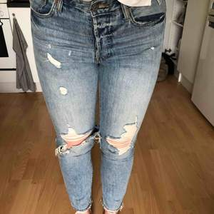 Vintage straight High waisted jeans köpta från HM. Använda ett par gånger så i fint skick. Slitna i knäna och lite på låren. Supersnygga, men känns för tajta för mig! Kan skicka fler bilder om önskas!😊