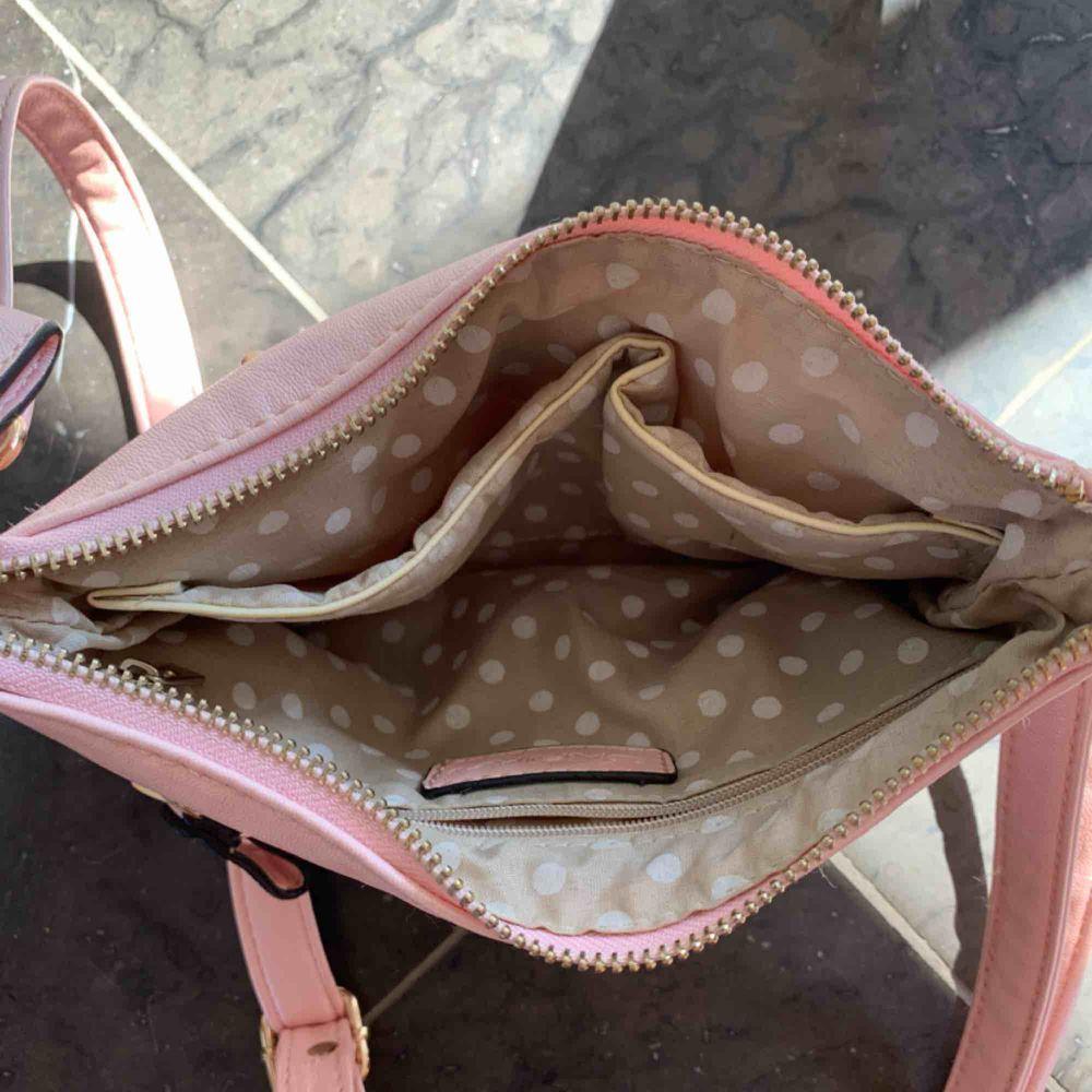 Rosa väska med guldiga nitar, använd 2-3 gånger. Väskor.