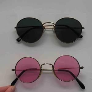 Snygga solglasögon perfekt till sommarens festivaler knappt använda 80kr/st :) skriv om du har nga frågor!