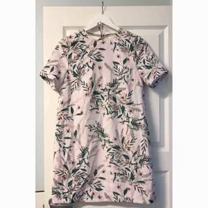 Helt ny klänning med prislappar kvar på som endast legat i min garderob och inte kommit till användning. Jätte fint öppen i ryggen. Tillkommer frakt.