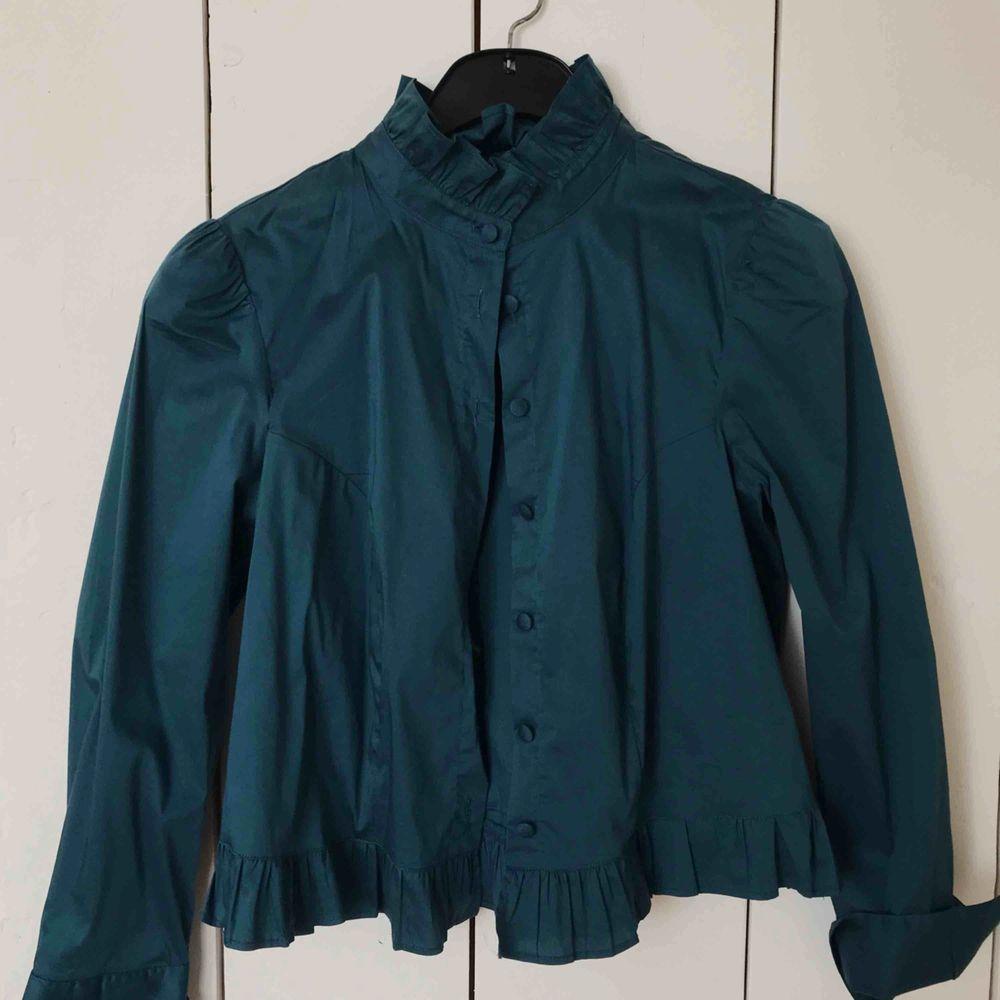 Stilren fin blus i den finaste färgen! Är i jättebra skick. Kan frakta den eller mötas upp i Örebro🧡. Blusar.