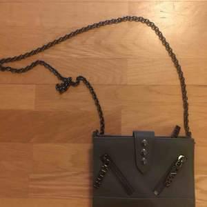 Crossbody väska i militärgrönt, inköpt på NK för ca 2 år sedan och är en väldigt sällsynt färg. Modellen heter kalifornia