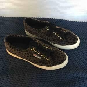 Superga skor i låtsas päls leopard. Super snygga och unika, inköpa i deras egna butik i London. Säljer pga att dom inte kommer till användning.
