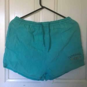 Vintage Reebok-shorts i välanvänt skick. Frakt inräknat i priset.