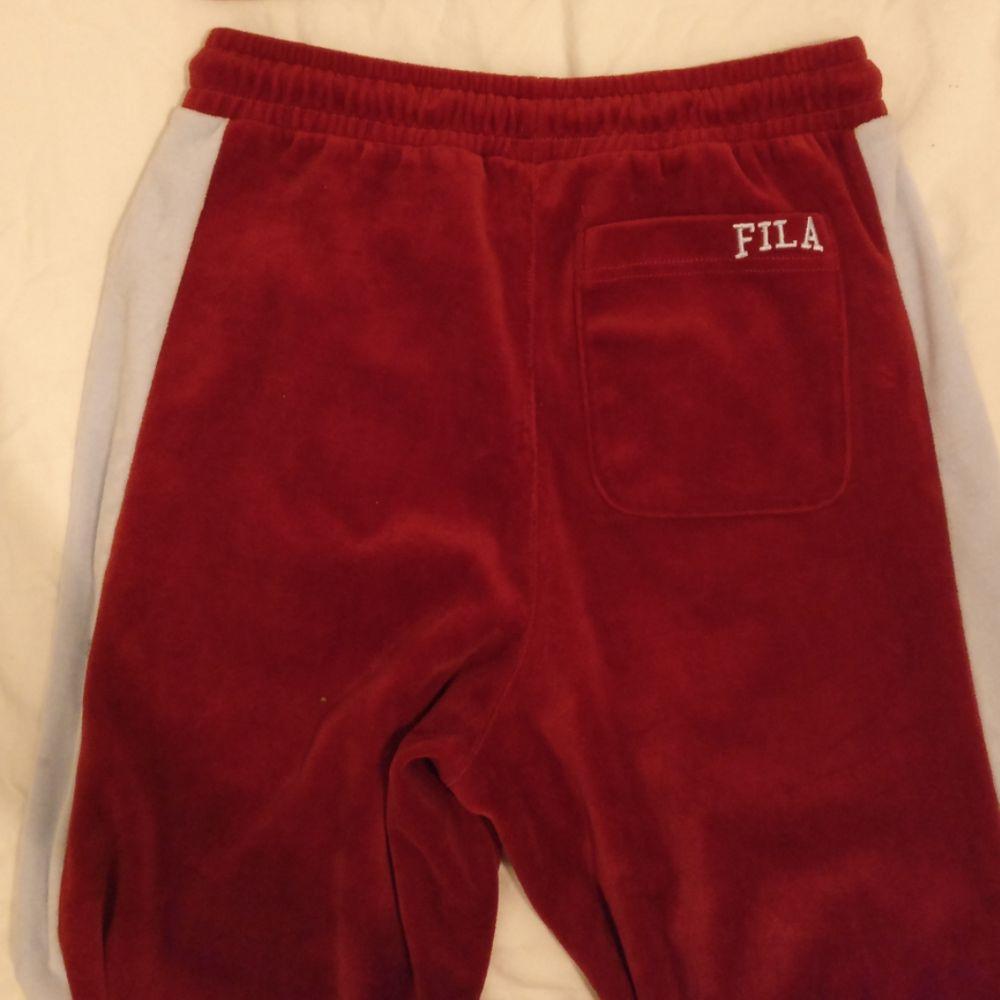 Mjukisdress från FILA  Croppad tröja och vida ben  Storlek XS Köparen står för eventuell frakt!. Huvtröjor & Träningströjor.