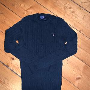 Supersnygg Gant tröja i marinblå! Använts cirka 1-4 gånger och är i superbra skick! Cable Crew i stretch material