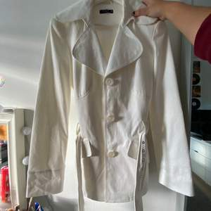 En assnygg vit kappa ifrån VILA. Använd max 3 gånger och kommer tyvärr inte längre till användning. Går över halva rumpan ungefär på mig som är 170cm!