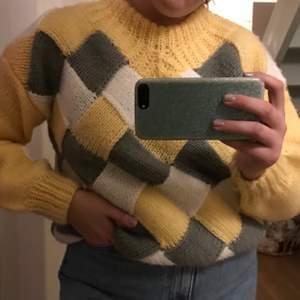 Så fin och mysig stickad tröja!! Köpt på en loppis, verkar vara egenstickad för har ingen lapp eller storlek, men skulle tro att det är en L. Kan både mötas eller posta, så står köparen för frakten!! 😍😍