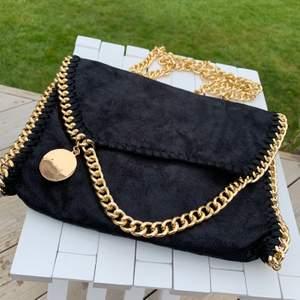 Grymt snygg väska! Svart&Guld🖤⚜️🖤 Axelremsväska med guldfärgad kedja! Oanvänd! Ca:27cm x 21 cm Beybeybeauty (Helen Torsgårdens gamla märke)