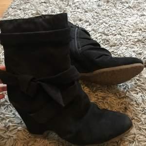 Svarta skor ifrån Graceland i strl 39. Har ej varit använda på ett tag men är i bra skick. 90kr + frakt😊