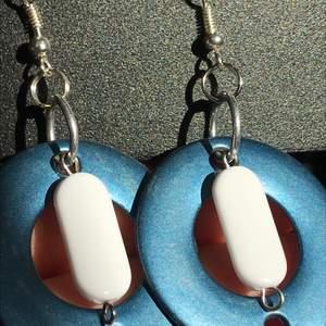 Handgjorda örhängen gjort av återvunnet material. Ett halsband blev till ett par coola örhängen, så dessa finns av ett begränsat antal. 💙