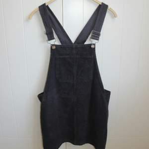 En supercool hängselklänning i tunt manchestertyg, synd att den va för liten för mig! Köpt på Plick, från Brandy Melville ❤