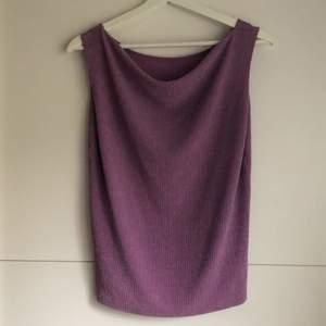 Detta linne har jag köpt vintage, står ingen storlek men passar XS-S 💜 Använt det en gång, riktigt fint där fram vid halsen som ger en unik look✨