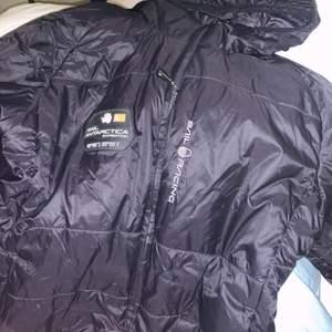 säljer denna fina jackan , knappt använd och är i väldigt bra skick, storlek S men passar även dom i Xs