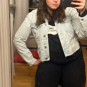 Fin jeans jacka från lager 157, använd cirka 1gång. Eftersom jag tyckte att den var för lång när jag köpte den så är den klippt och därmed har den inga fickor.