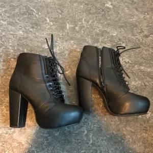 Ett par snygga svarta Knack skor. Har snörning med det finns dragkedja på sidan bra skick då jag knappt har använt dom. Från din sko. Kan mötas upp i Stockholm eller posta. Frakt 79kr. Meddela mig om eventuella frågor