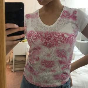 Jättefin t-shirt från Dolce&Gabbana. Är i jätteskönt material och i bra skick. T-shirten är storlek S men passar XS också, vilket jag vanligtvis är 👚✨! Frakt är inkluderat i priset.