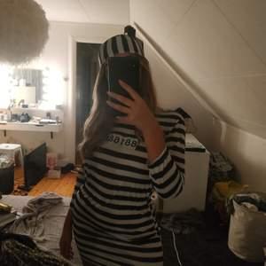 Halloween klänning, prisoner. Mössa och klänning.                                     Halloween börjar närma sig så säljer den till den som köper den för 200! Puss