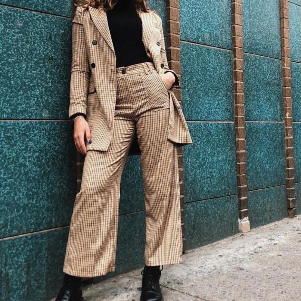 Kavaj & matchande raka byxor från Bershka. Nypris byxa: 275kr och kavaj/kappa: 685, säljer då jag inte använder längre :( sista bilden är på mig, är 172cm lång. Kostymer.