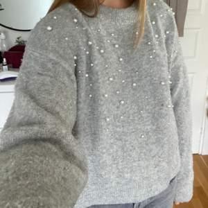 Säljer denna stickade mysiga stickade tröja med pärlor från hm! Skriv för fler bilder